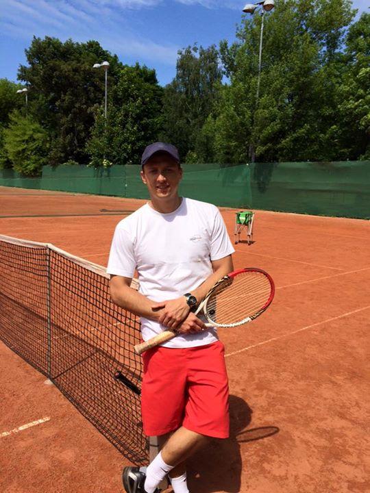 Na korcie w Warszawie w trakcie treningu tenisa