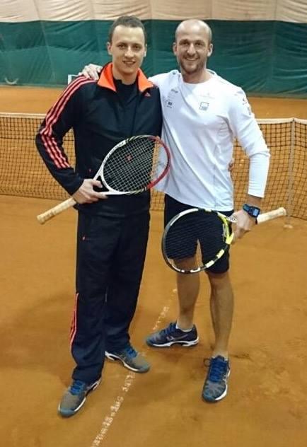Czterokrotny Mistrz Świata w żeglarstwie - Przemek Tarnacki z trenerem tenisa Michałem Lewandowskim na korcie